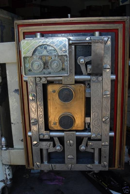 Yale model 1 on Hall safe.jpg (53463 bytes)